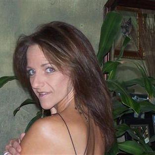 Alleenstaande brunette wil een charmante man aan haar zijde.